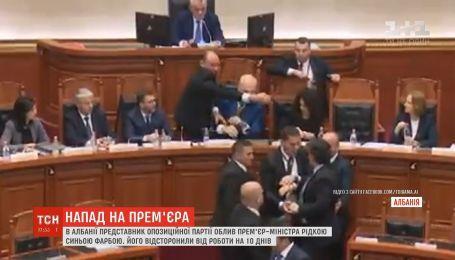 В Албании представитель оппозиции облил премьера чернилами