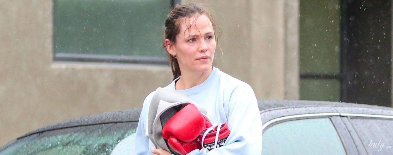 З мокрою головою і боксерськими рукавичками: папараці сфотографували Дженніфер Гарнер після тренування