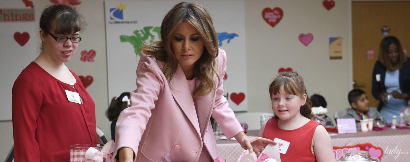 Вся в розовом: Мелания Трамп в романтичном образе посетила детский госпиталь