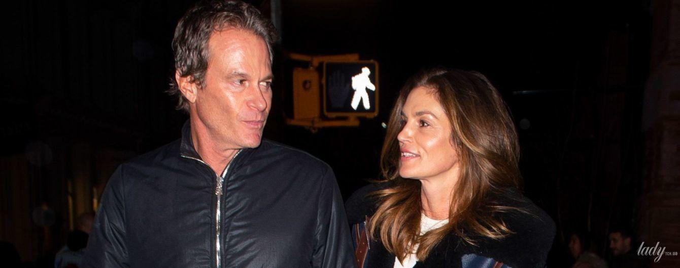Никаких вечерних платьев: Синди Кроуфорд в простой одежде сходила с мужем на свидание