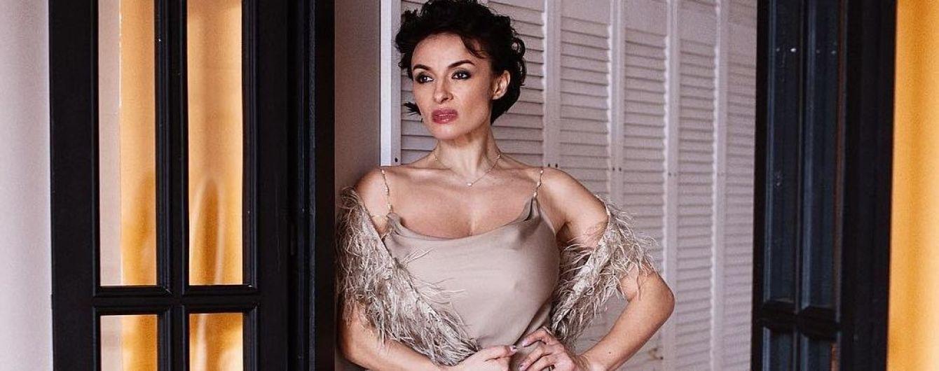 Який ніжний образ: Надя Мейхер у нюдовій сукні на тонких бретелях постала перед шанувальниками