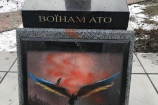 В Киеве вандалы поиздевались над памятником воинам АТО
