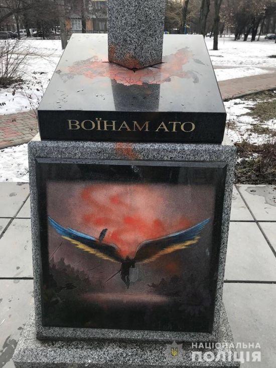 У Києві вандали познущалися з пам'ятника воїнам АТО