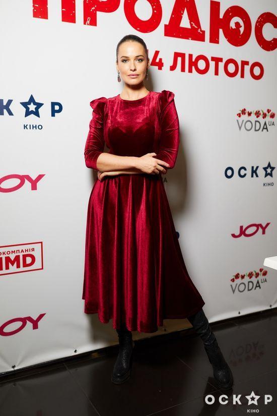 """Розкішна Даша Астаф'єва в бордовій сукні представила фільм """"Продюсер"""""""