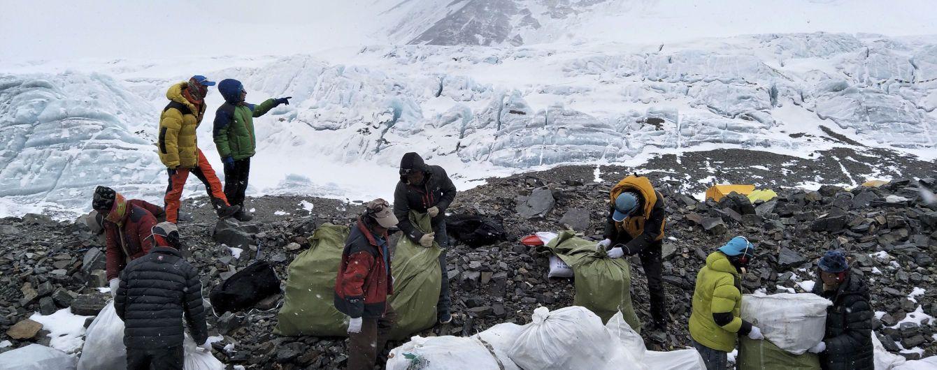 Китай закрив шлях до Евересту через купи сміття