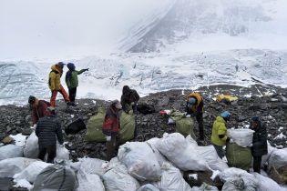 Китай закрыл путь к Эвересту из-за куч мусора