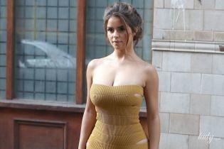 Деми Роуз подчеркнула пышные формы откровенным горчичным платьем