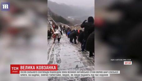 После сильного снегопада пешеходную зону Великой китайской стены сковал лед