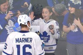 Хоккеист подарил шайбу юной фанатке, которая едва не сошла с ума от счастья
