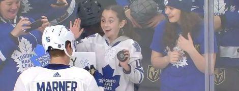 Хокеїст подарував шайбу юній фанатці, яка ледь не збожеволіла від щастя