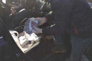 В Запорожье двух служащих задержали на взятке в 700 тысяч гривен