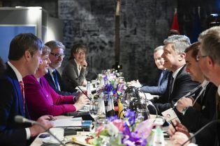"""Порошенко обсудил с Меркель введение """"азовских санкций"""" против России"""