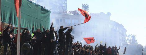 Сльозогінний газ, водомети та масові заворушення. В Албанії вибухнули антиурядові протести