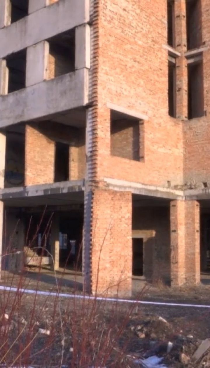 На Буковине двое парней прыгнули с крыши заброшенного здания