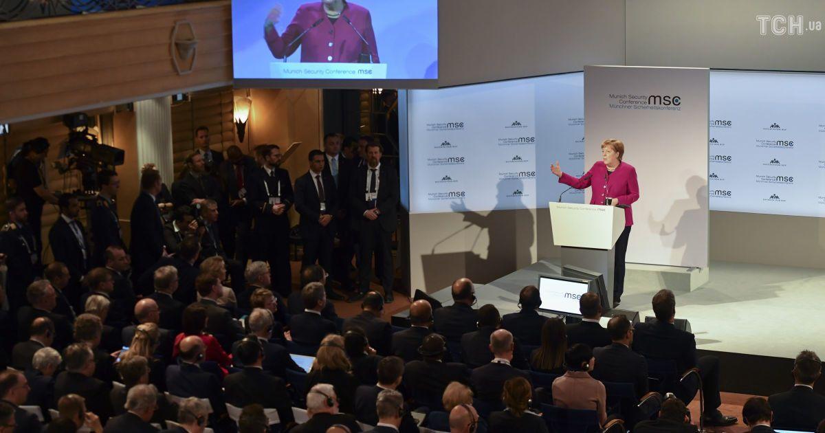 Канцлер Германии считает недопустимой изоляцию путинской РФ