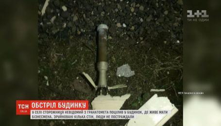 Неизвестный попал из гранатомета в дом, где живет мать известного на Закарпатье бизнесмена
