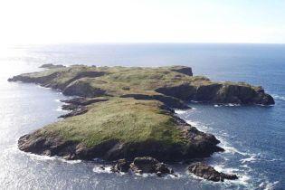В Ирландии выставили на продажу целый остров с монастырем и коттеджем