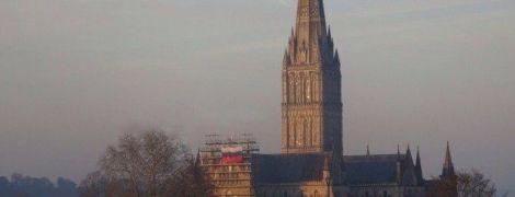 В пресловутом Солсбери неизвестные повесили российский флаг на соборе