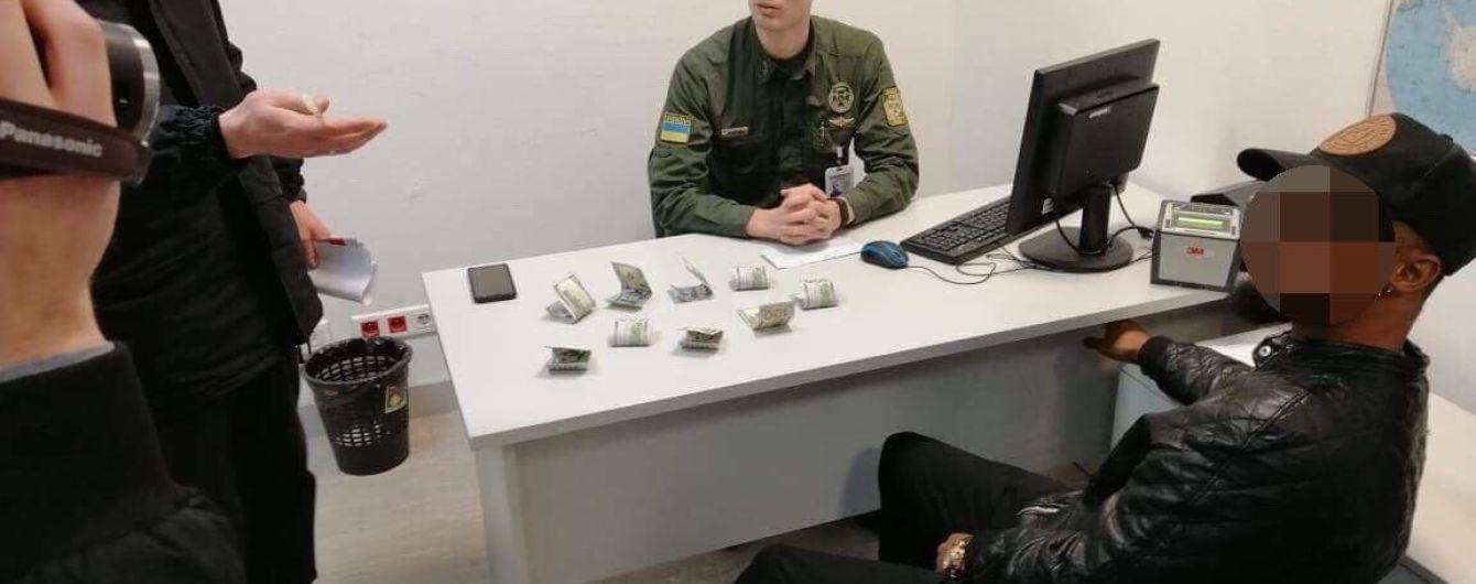 Українським прикордонникам пропонували 900 доларів і 10 тисяч рублів хабара. Жоден не погодився