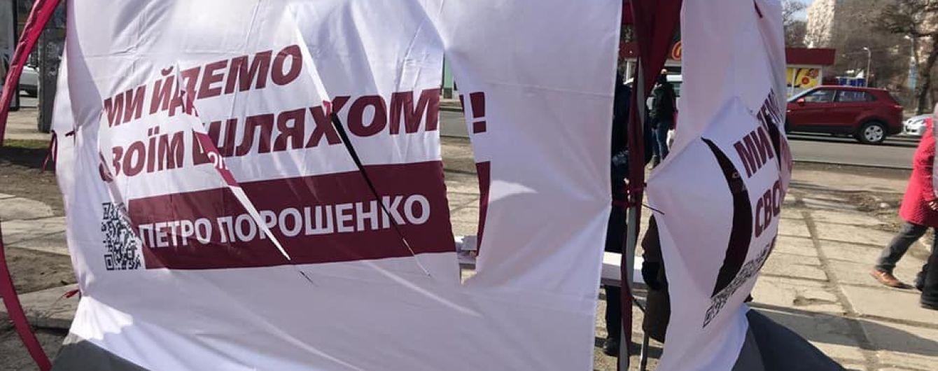 В Мариуполе неизвестные с ножом напали на палатки агитаторов Порошенко