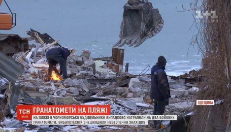 На пляжі в Чорноморську будівельники знайшли два бойових гранатомети