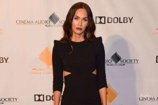 В елегантній чорній сукні: Меган Фокс вразила стрункою фігурою на світській церемонії