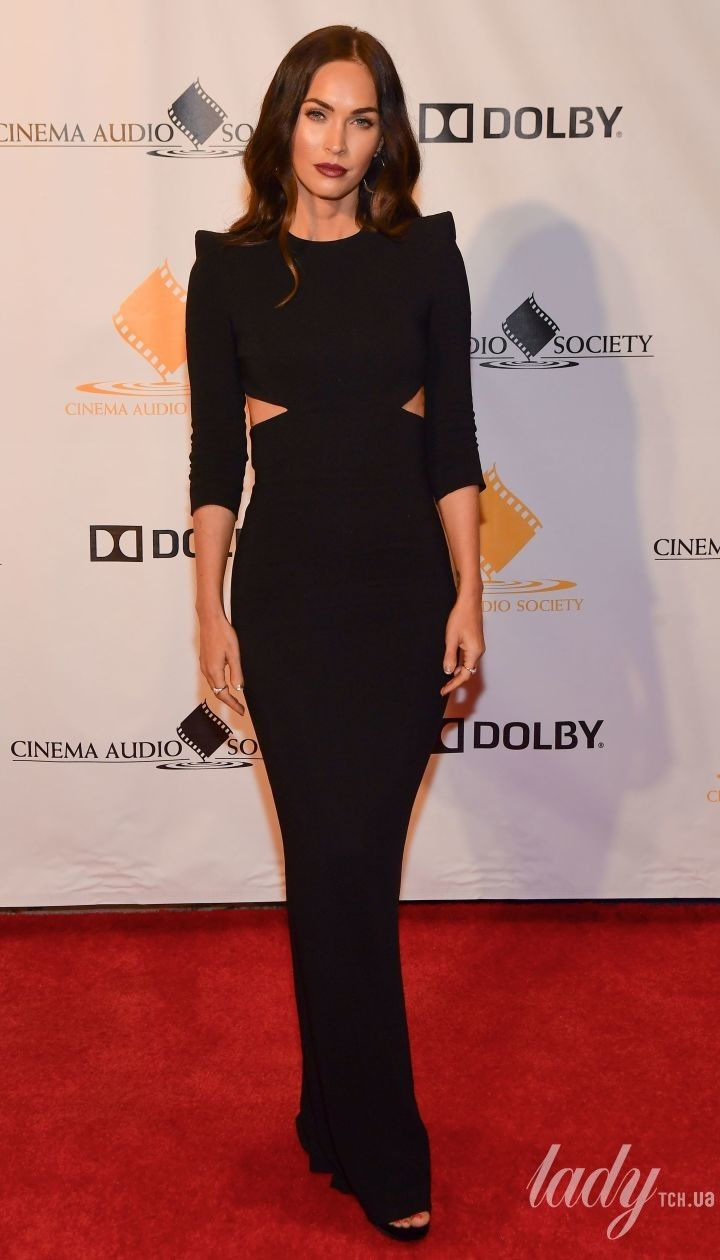 В элегантном черном платье: Меган Фокс впечатлила стройной фигурой на светской церемонии