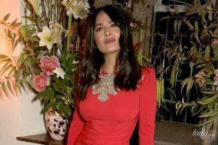 У красивій кораловій сукні: Сальма Гайєк на світському прийомі в Лондоні