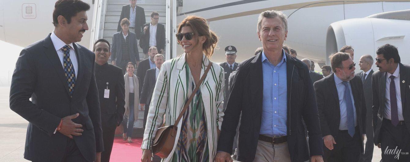 У сукні з флористичним принтом і смугастому пальті: стильний аутфіт першої леді Аргентини