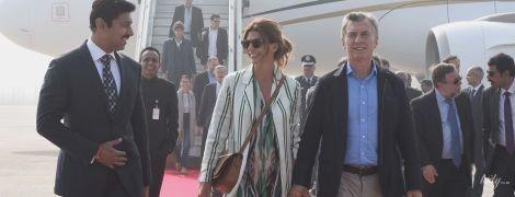 В платье с флористическим принтом и полосатом пальто: стильный аутфит первой леди Аргентины