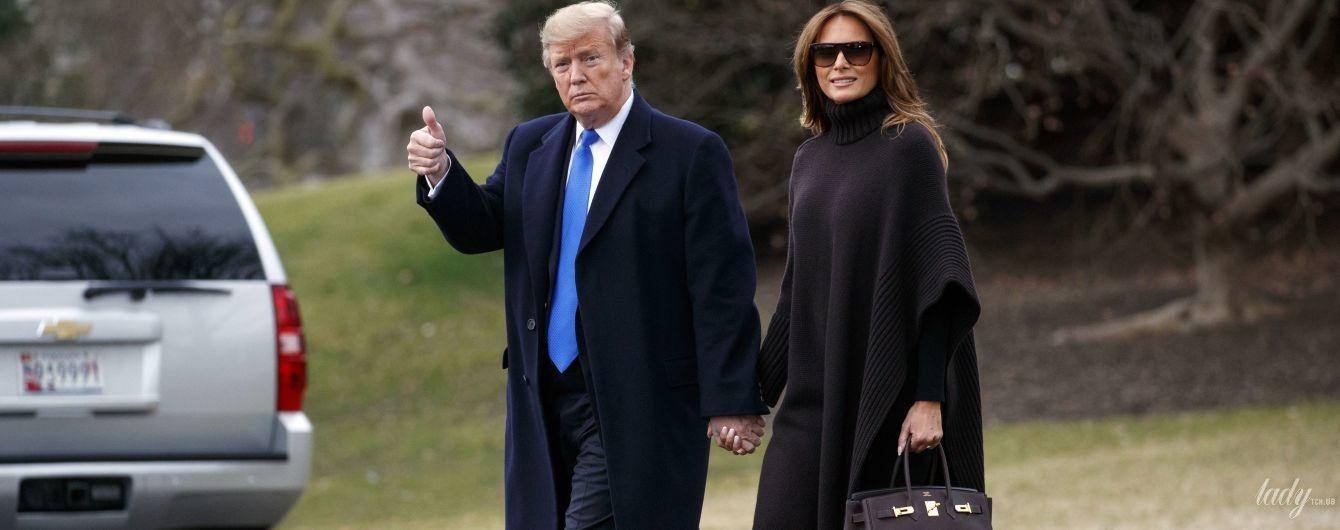 В пончо і з сумкою Hermes Birkin: Меланія Трамп з чоловіком вирушила в робочу поїздку