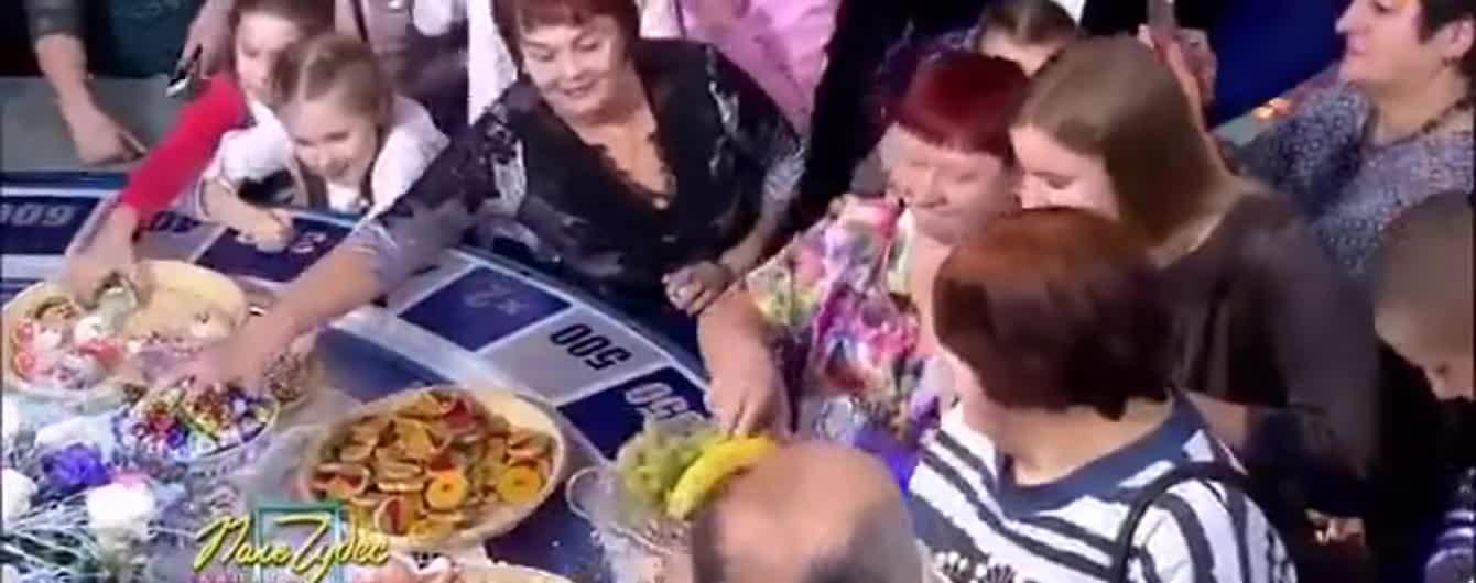 """Приходят с пакетами: в """"Поле чудес"""" показали, как зрители сметают еду после записи программы"""