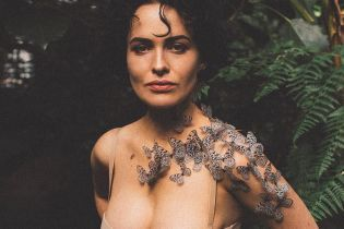 Ніжна Даша Астаф'єва у купальнику та з метеликами на шиї зачарувала образом