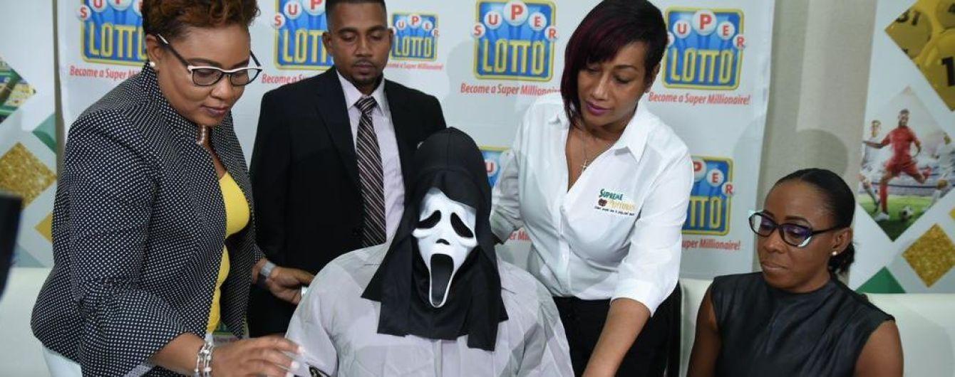 На Ямайке мужчина пришел за выигранными в лотерею деньгами в жутком костюме