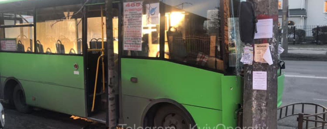 В Киеве маршрутка влетела в столб во время маневра
