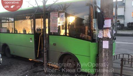 У Києві маршрутка влетіла в стовп під час маневру