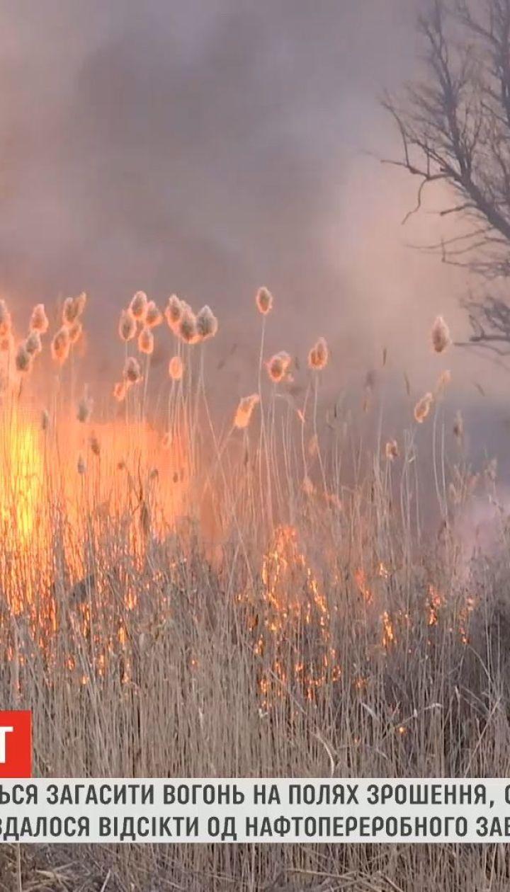 В Одессе спасатели пытаются потушить огонь на полях орошения