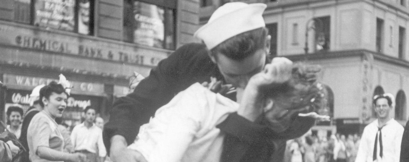 """В США умер моряк со знаменитой фотографии """"Поцелуй на Таймс-сквер"""""""