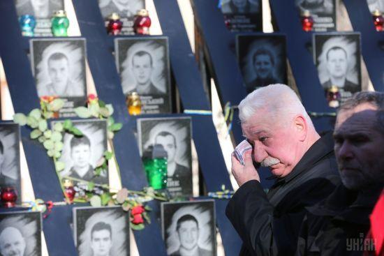 Під Києвом вандали закидали болотом пам'ятник Героям Небесної Сотні
