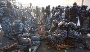 Інший бік: відомий фотограф показав світлини беркутівців перед розстрілом Майдану
