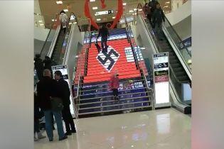 В Киеве в торговом центре вместо рекламы показали большую свастику