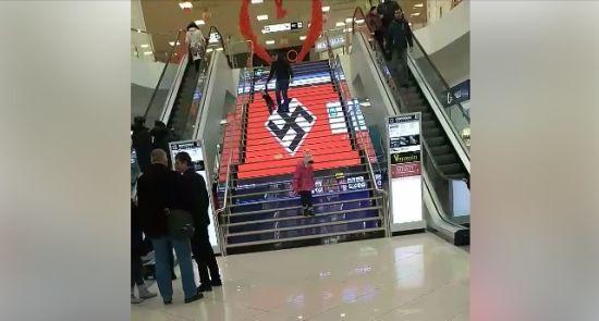 У Києві у торговельному центрі замість реклами показали велику свастику