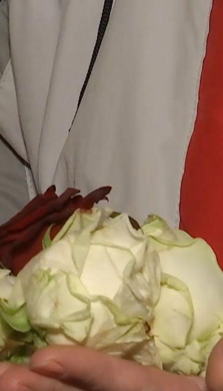 За один день к местам трагических событий Евромайдана неравнодушные принесли 6 килограммов роз