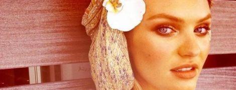 Сексі-матуся: Кендіс Свейнпоул позувала в купальнику на тлі пальм