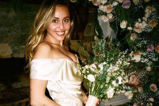 Оце декольте: Майлі Сайрус показала в деталях свій весільний образ