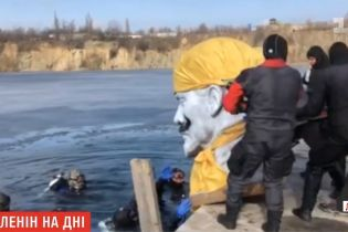Ушел на дно: в Днепре дайверы потопили Ленина