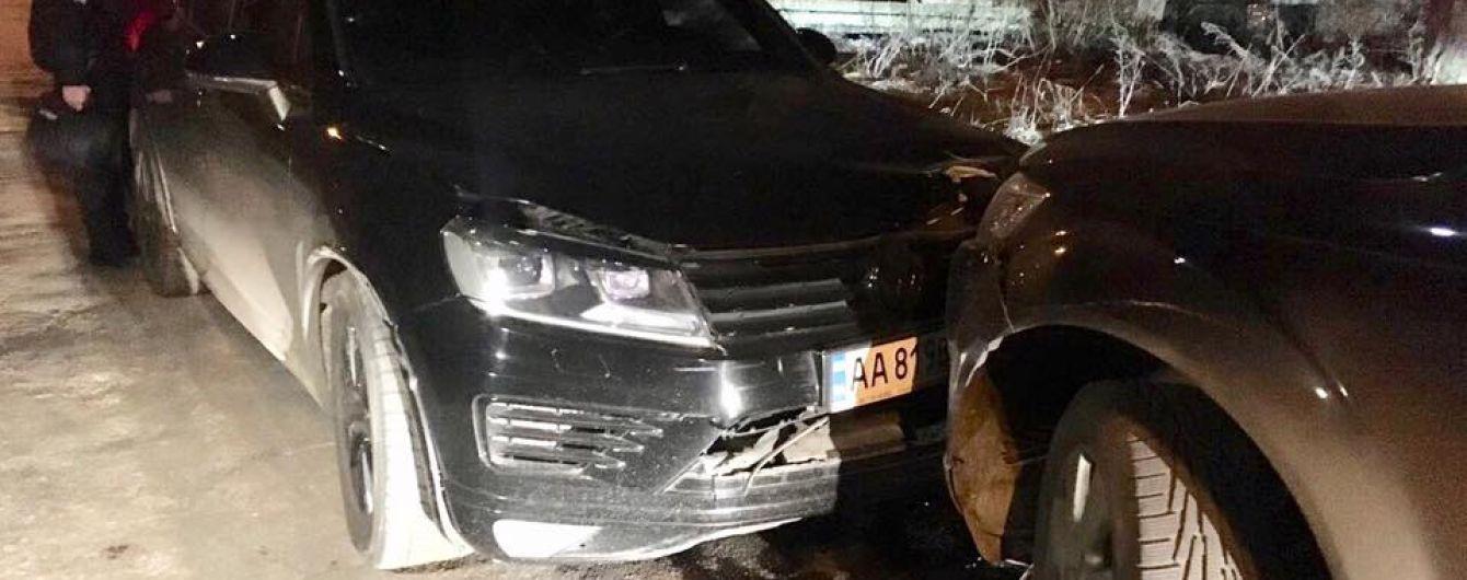 В Киеве водитель Volkswagen трижды протаранил Audi с детьми и дубасил ее кулаками