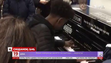 Британська інтернет-спільнота здійснила мрію вуличного музиканта і подарувала йому нове фортепіано