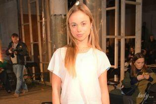 В футболке и джинсах: племянница королевы Елизаветы II в простом образе пришла на модное шоу