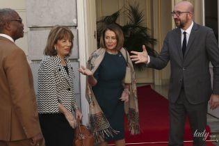 В платье-футляре и с элегантным шарфом: спикер Палаты представителей США на деловой встрече